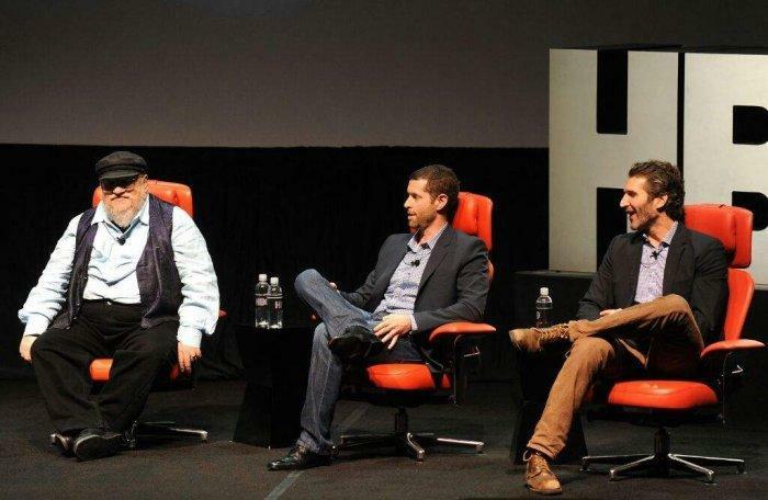 দুই পরিচালকের সাথে লেখক জর্জ আর মার্টিন; Image Courtesy: Reddit