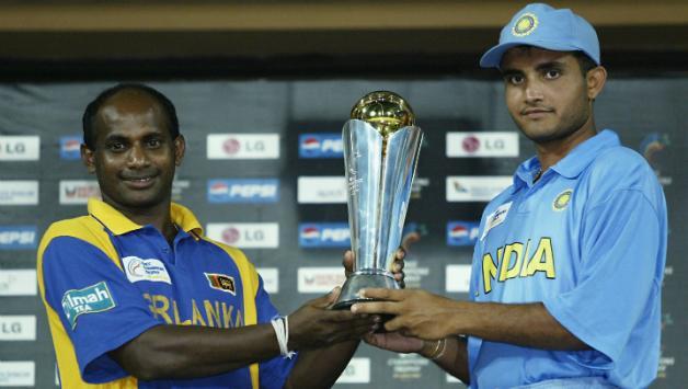 চ্যাম্পিয়ন্স ট্রফি হাতে সৌরভ ও জয়সুরিয়া; Image Courtesy: Cricket Country